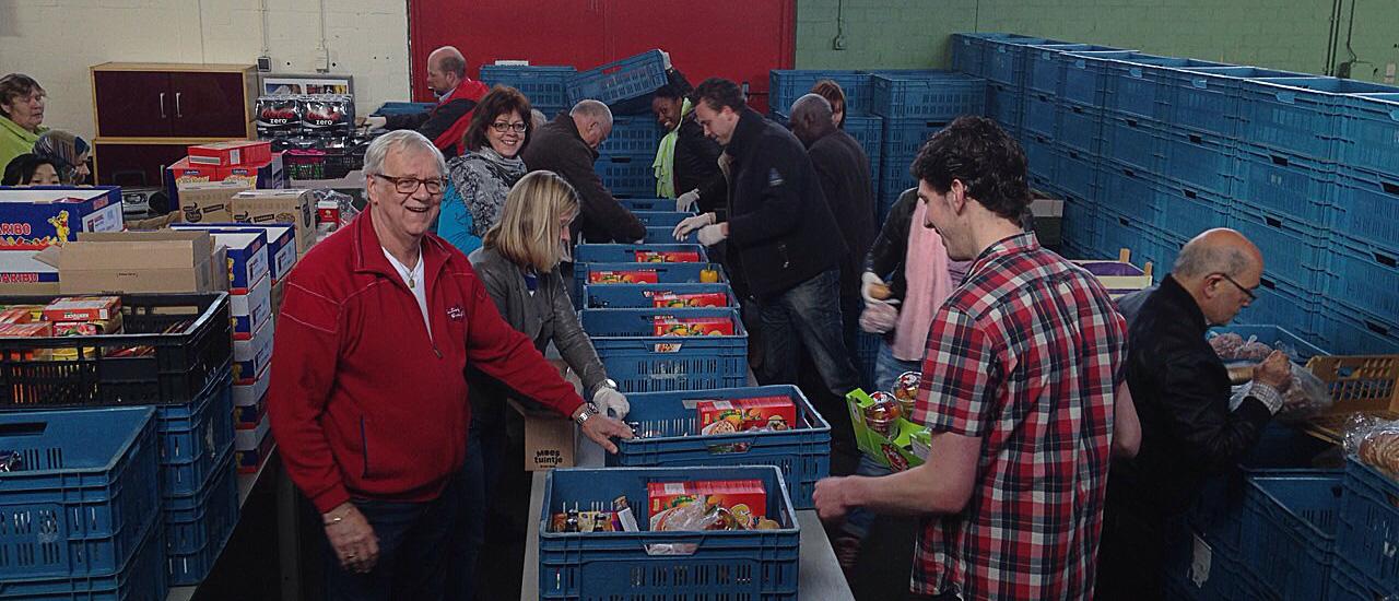 Vrijwilligers verdelen voedselpakket